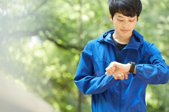 外でジョギングする男性