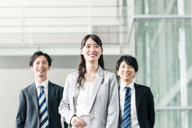 同僚と笑顔で歩く女性
